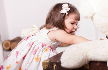 personne en colere: petite fille crier enlever le jouet