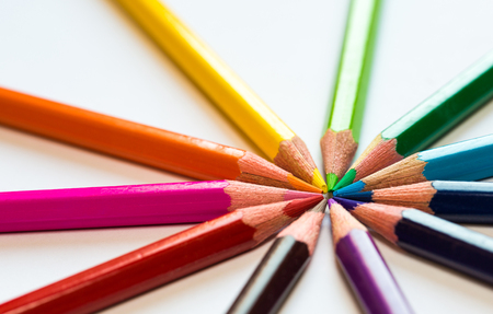 lapices: different colored pencils close-up lying on a circle Foto de archivo