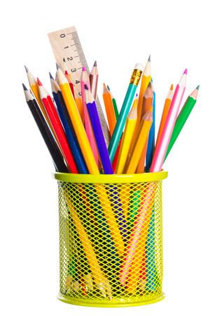 Korb mit Buntstiften auf weißem Hintergrund
