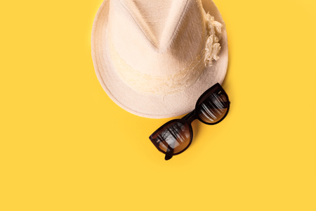 Summer woman's hat and glasses on a yellow background 版權商用圖片 - 79800440