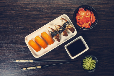 sushi set in a plate on wooden background Imagens - 121395915