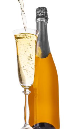 Flasche Champagner mit einem Glas auf weißem Hintergrund isoliert Standard-Bild