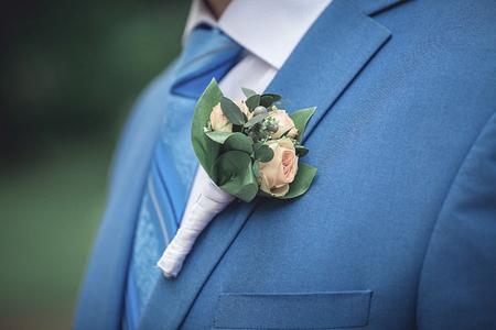 Knopflochblume auf Hochzeitsmantel des Bräutigams. Detail der Hochzeit dressup des Bräutigams Standard-Bild - 79839074