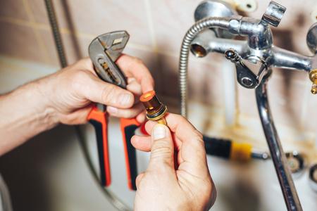男の修理や浴室の水漏れ蛇口を固定