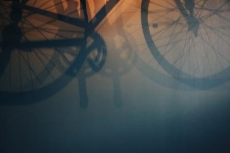 Molto bellissimo hadow di una bicicletta sulla parete, può essere utilizzato come sfondo e backround per disign Archivio Fotografico - 82481388