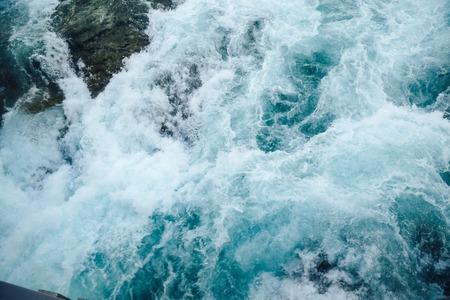 深い森の山から滝。滝の水、漏斗、背景をぼかした写真の旋回から勢いよく流れる水 写真素材