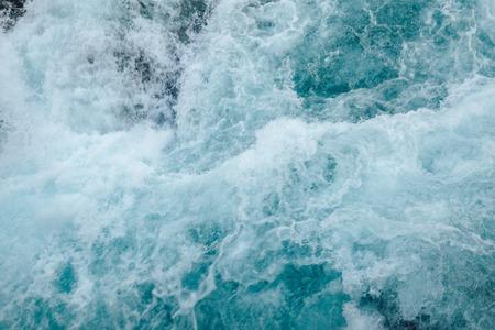 Waterval van berg diep bos. Haastig water uit een waterval, het wervelen van water, een trechter, een vage achtergrond