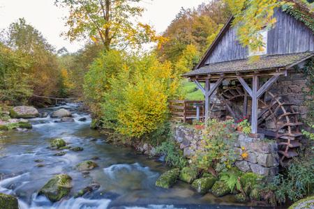 秋の風景-黒い森。黒い森の古い水車