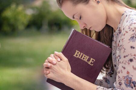 Christelijke aanbidding en lofprijzing. Een jonge vrouw bidt en aanbidt 's avonds. Stockfoto