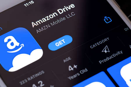 Guilherand-Granges, France - February 08, 2021. Smartphone with Amazon Drive app logo.  Cloud storage application managed by Amazon. Secure cloud storage, file backup and file sharing. 新聞圖片