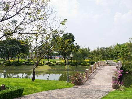 public park: Caminar manera en parque p�blico Foto de archivo