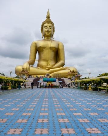 iluminados: Gran estatua de Buda en Wat Muang, Tailandia Ang Thong-