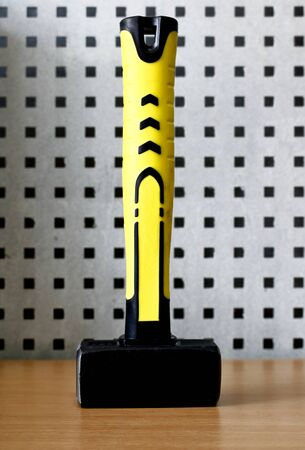 Sledge hammer with rubberized yellow handle, vertical stand Zdjęcie Seryjne