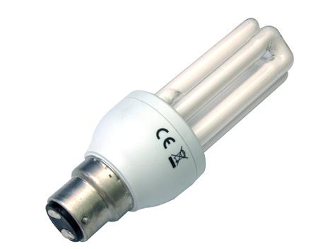 baionetta: Un 11 watt, 660 lumen, con tappo a baionetta lampada a risparmio energetico isolato su uno sfondo bianco. Archivio Fotografico