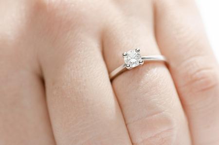 ring engagement: Anillo de brillantes