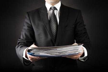 figura humana: El hombre de negocios est� dando un mont�n de red