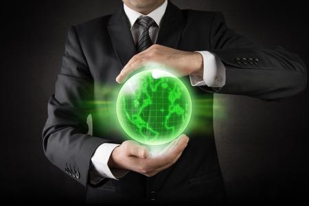 planeta verde: Tierra Planeta verde en las manos del hombre de negocios