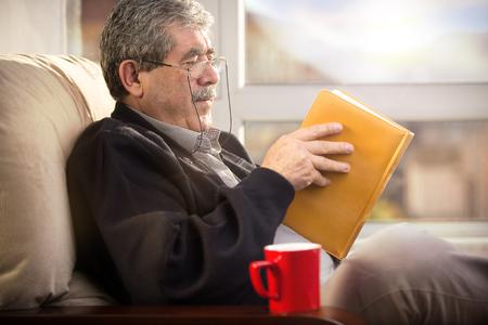 personas leyendo: Hombre mayor con el libro