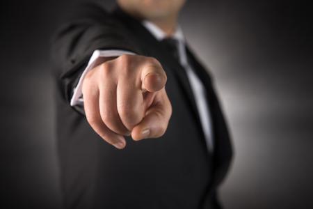 dedo apuntando: El hombre de negocios señala el dedo en usted la sensación