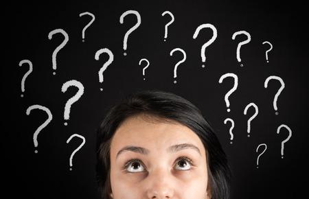 confundido: Mujer confusa y signos de interrogaci�n