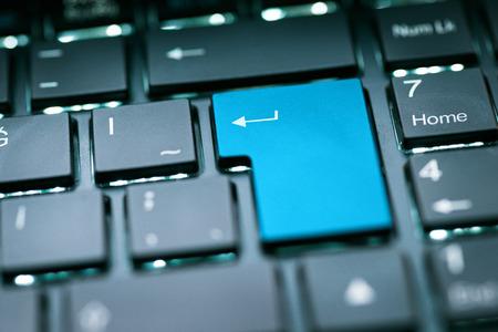 tecla enter: Azul en blanco incorpora clave Foto de archivo