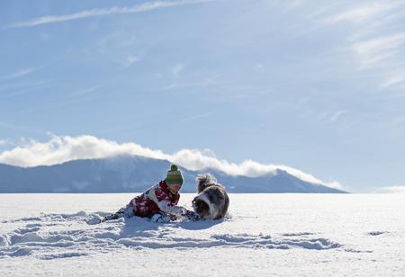 Spaß und aktiv zu Fuß mit einem Hund im Schnee