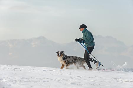 Frau und Hund Skilanglauf in den bayerischen Bergen
