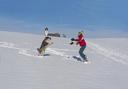 Spaß und aktiv zu Fuß mit einem Hund im Schnee Standard-Bild - 47310114