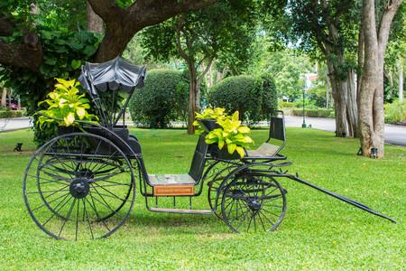 rikscha: Antique Rikscha im Garden