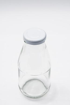 colourless: Botella de vidrio incoloro vac�o en el fondo blanco