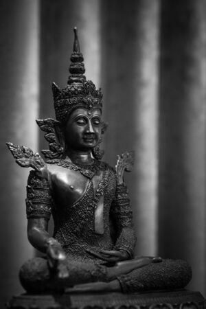 La vieille statue de Bouddha dans le ton noir et blanc Banque d'images