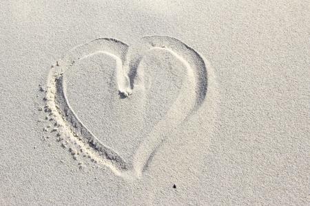 afecto: coraz�n pintado en la arena de una duna Foto de archivo