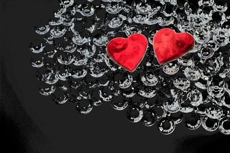 plastic heart: due cuori rossi su sfondo decorativo nero - simbolo per San Valentino