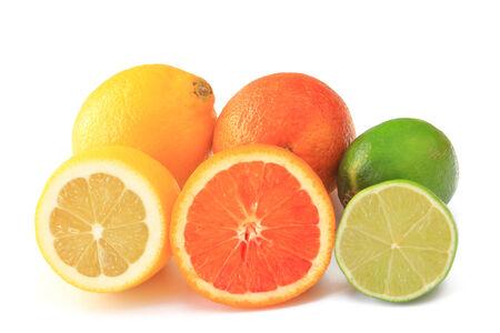 감귤류의 과일: 흰색 배경에 고립 된 감귤류, 부분적으로 조각 잘라 레몬, 오렌지, 라임,