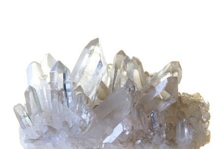 Bergkristal met veel alleenstaande kristallen in de voorkant van de witte achtergrond Stockfoto