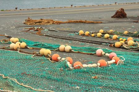 redes de pesca: Las redes de pesca se extienden sobre el suelo se seque en un puerto pesquero en Breta�a, Francia Foto de archivo