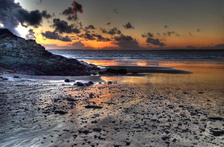 Prise de vue HDR - coucher de soleil sur la plage de Trez Rouz à Camaret-sur-Mer, presqu'île de Crozon, Finistère, Bretagne, France Banque d'images - 88899823