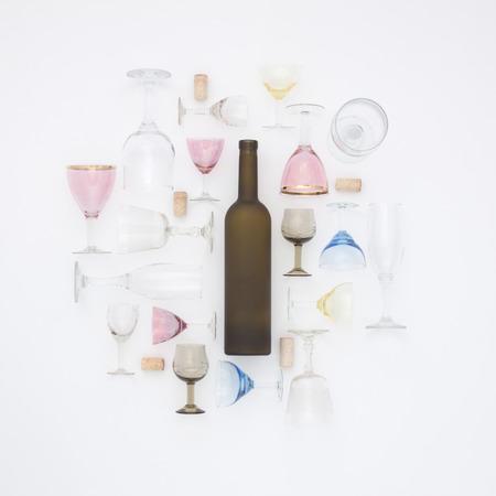 Patroon van de flessen, glazen en stop. Plat leggen concept. Bovenaanzicht. Stockfoto