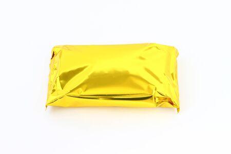 Gouden verpakking. Pakket van gouden folie geïsoleerd op een witte achtergrond.
