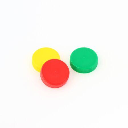 Plastic doppen. Deksels op witte achtergrond worden geïsoleerd die. Rode, groene, gele kleuren.
