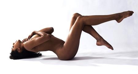 femme nu sexy: Portrait Studio Art Nu de femme couch�e sur le sol avec un fond blanc.
