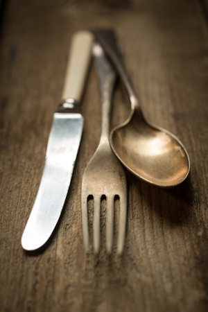 couteau fourchette cuill�re: Coutellerie Vintage rustique, couteau, fourchette, cuill�re, sur fond lambris en bois. Banque d'images