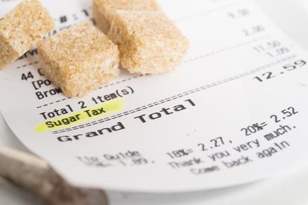 azucar: Un recibo restaurante mostrando un impuesto de azúcar está cargando
