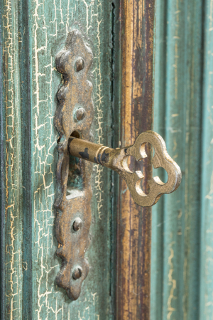 Primer plano de una vieja llave en la cerradura cupoard Foto de archivo - 47603561
