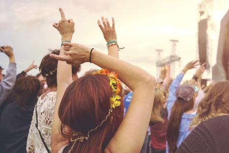 multitud de gente: Multitud en un festival de música al aire libre con los brazos extendidos