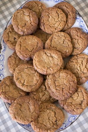 galletas de jengibre: Tiro de arriba de una placa de la vendimia con las galletas de jengibre dispuestos