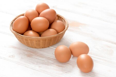 갈색 닭고기 계란, 짠된 위커 바구니와 나무 패널 표면에 세 대부분 스톡 콘텐츠
