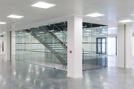 Trappenhuis in het hedendaagse kantoorgebouw Stockfoto