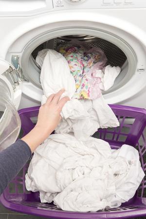 Saubere Wäsche wird aus der Waschmaschine entnommen