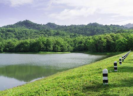 educacion ambiental: Pequeño lago de montaña al Jedkod-Pongkonsao Ecoturismo y Centro de Educación Ambiental, Kaeng Khoi Distrito, Saraburi, Tailandia